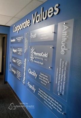 Trang tri vách văn phòng bằng bảng mica